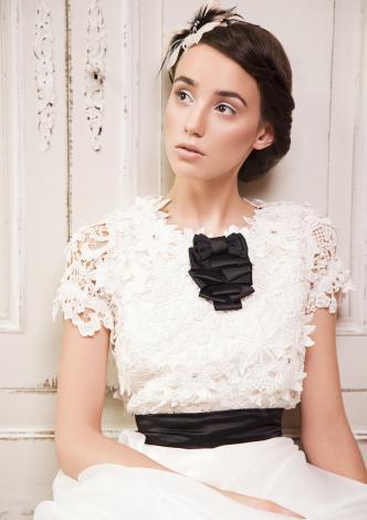 suknia ślubna Femini z kwiatem koronkowa