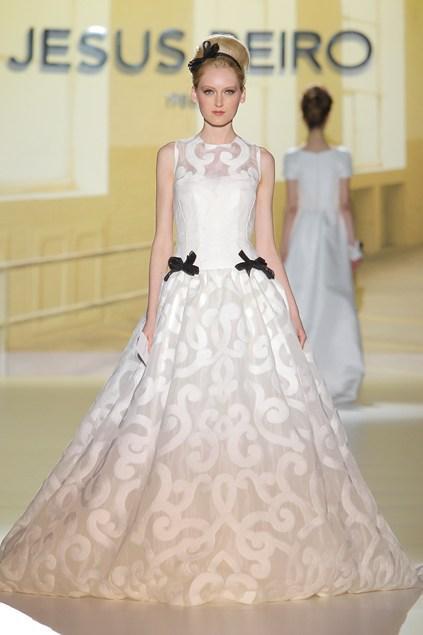 biała suknia ślubna Jesus Peiro z czarnymi wstawkami