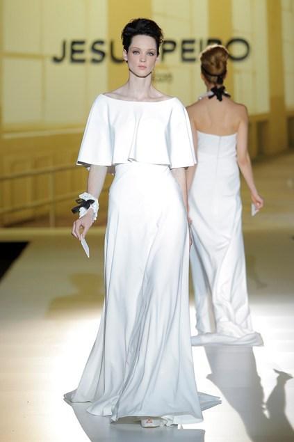 biała suknia ślubna Jesus Peiro z rękawami