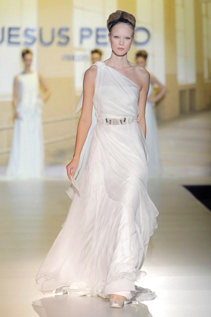 biała suknia ślubna Jesus Peiro asymetryczna