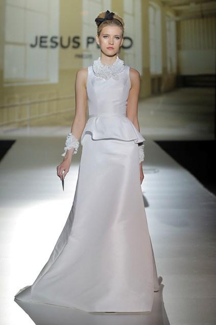 biała suknia ślubna Jesus Peiro z baskinką