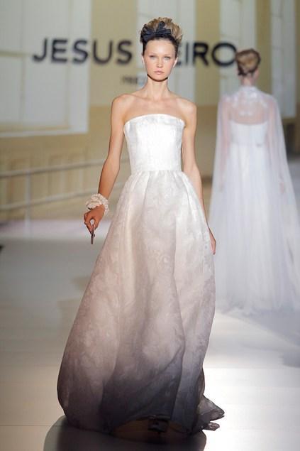 biała suknia ślubna Jesus Peiro z odsłoniętymi ramionami