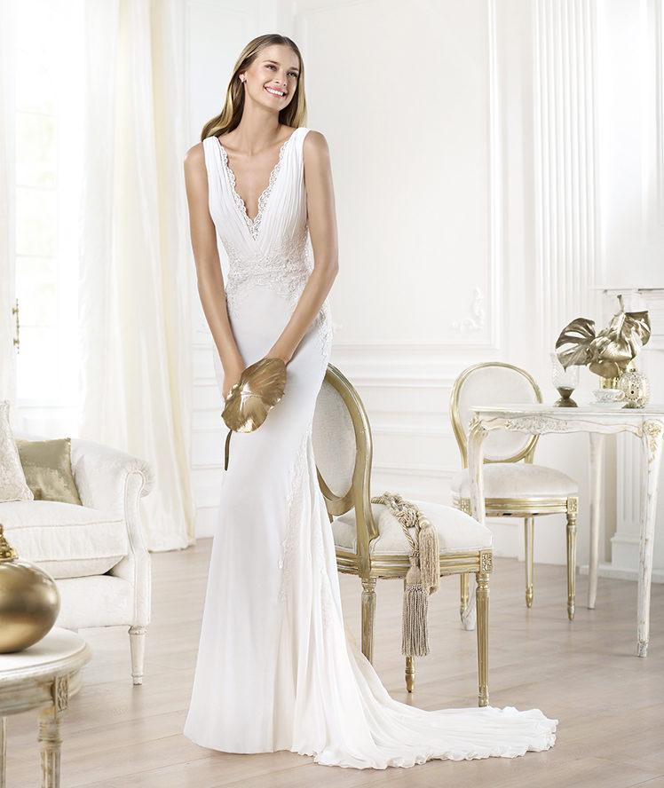 suknia ślubna Pronovias z dekoltem