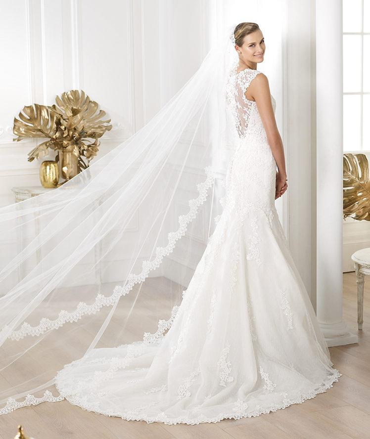 suknia ślubna Pronovias z koronką z dekoltem  na plecach