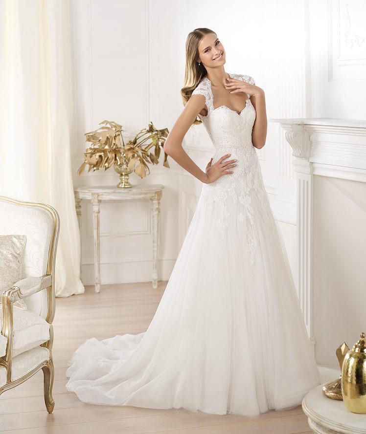 suknia ślubna Pronovias z koronką z dekoltem w kształcie serca