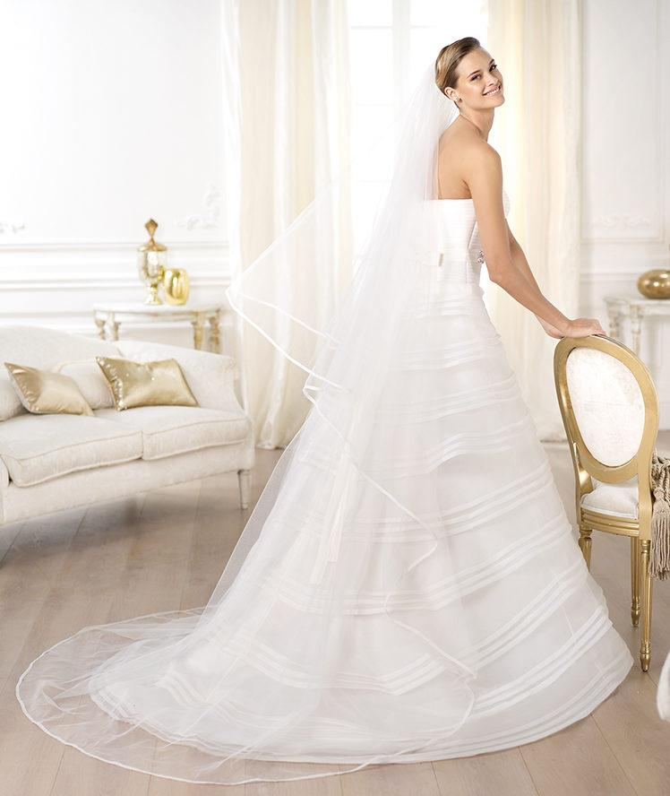 suknia ślubna Pronovias w paski z falbanami
