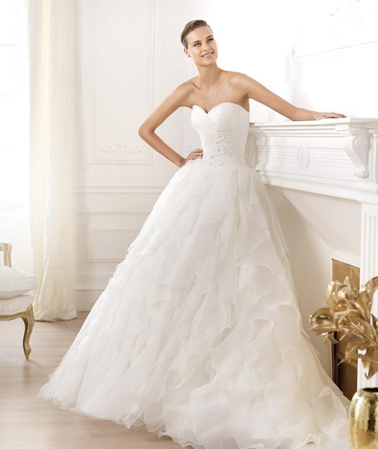 suknia ślubna Pronovias z falbankami z dekoltem w kształcie serca