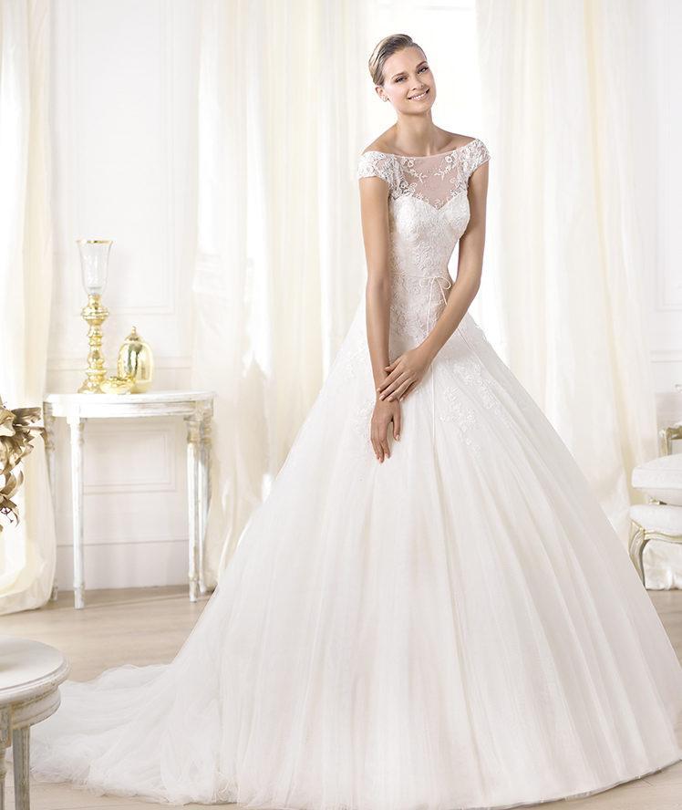 suknia ślubna Pronovias z koronką z dekoltem w łódkę