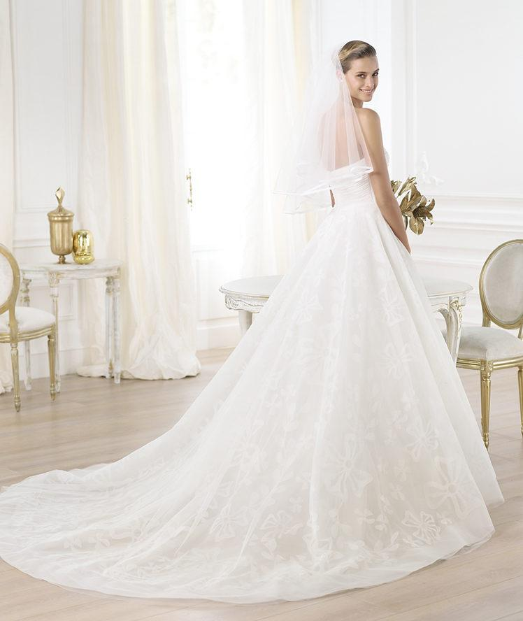 suknia ślubna Pronovias z trenem
