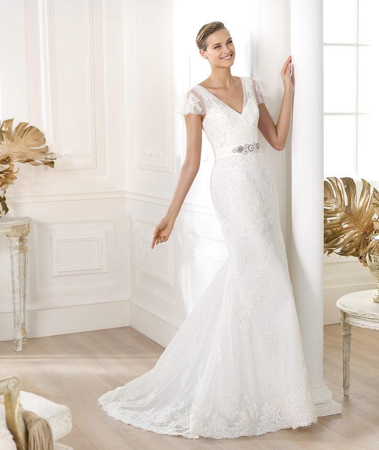 suknia ślubna Pronovias z koronką z krótkam rękawem