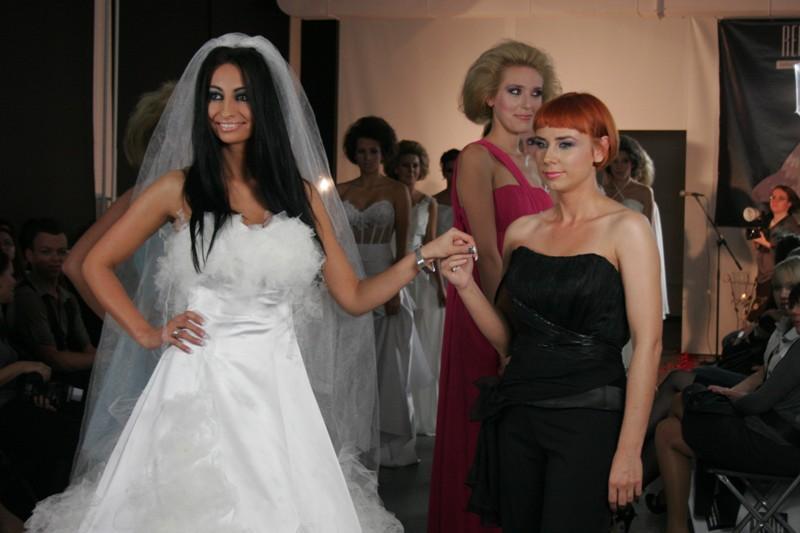 Jolanta Rutowicz w sukience projektu Sylwii Redy-Kosiak (na zdjęciu po prawej)