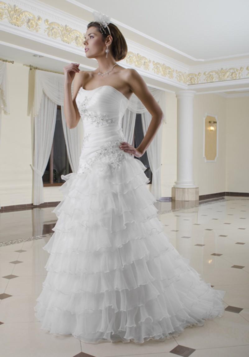 Biała suknia z tiulowymi fabanami i zdobieniami z cyrkonii