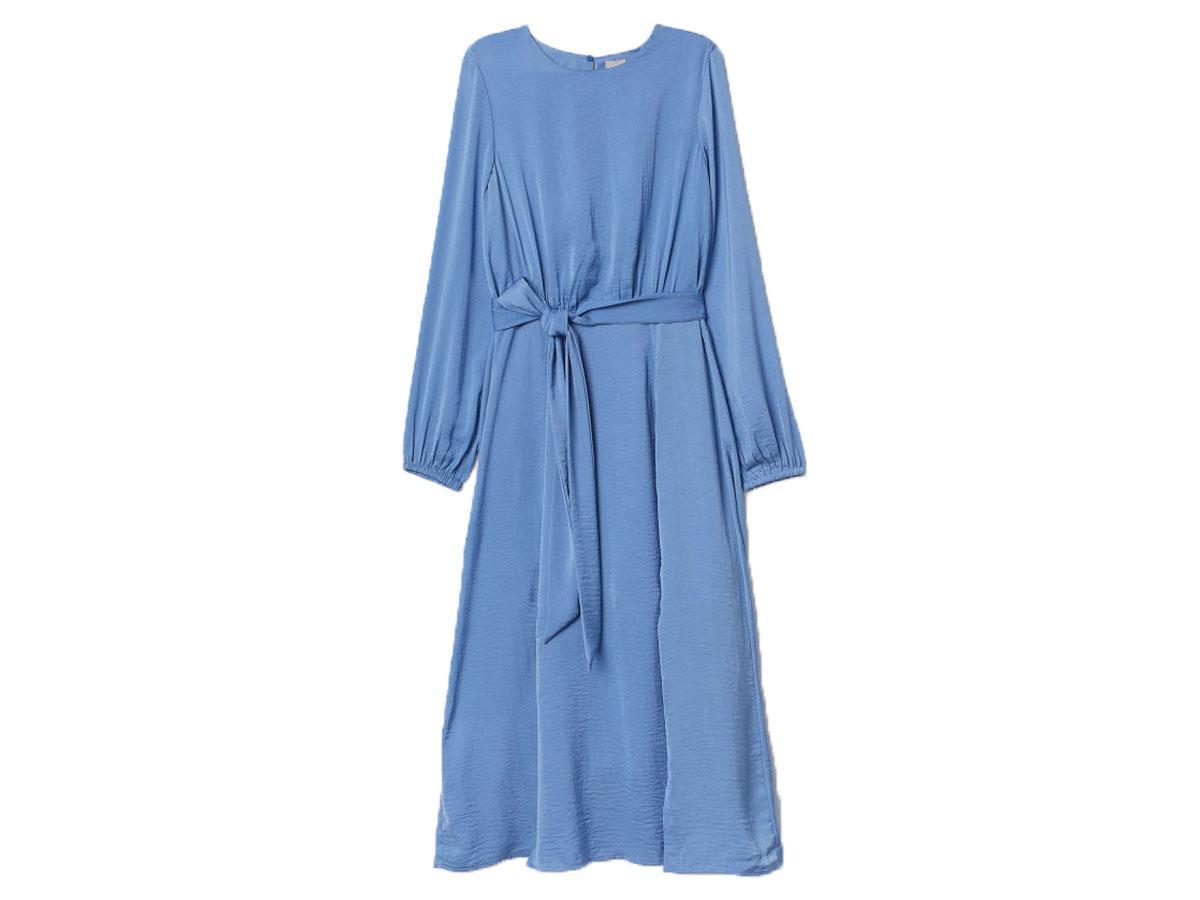 Niebieska sukienka z satyny,  H&M, cena ok. 199,99 zł