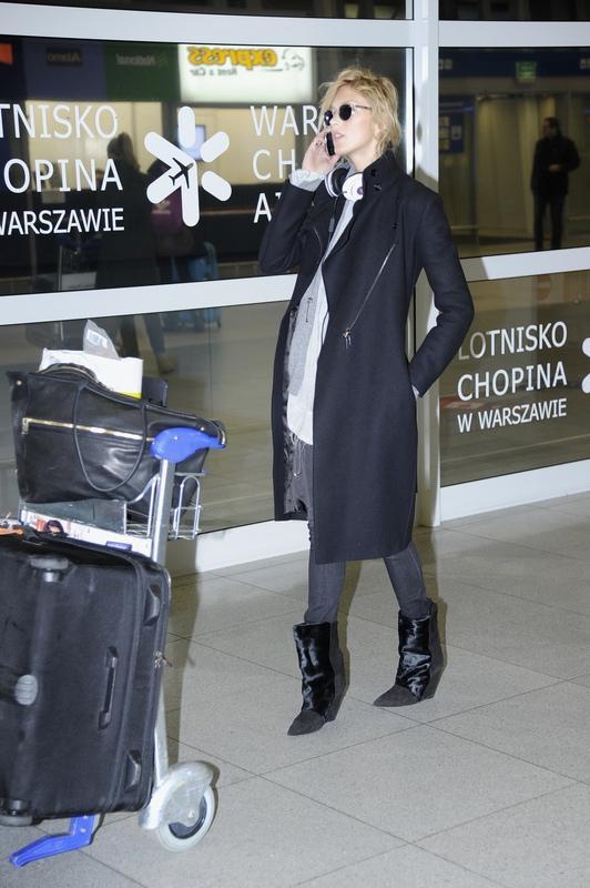 Anja Rubik na lotnisku w Warszawie