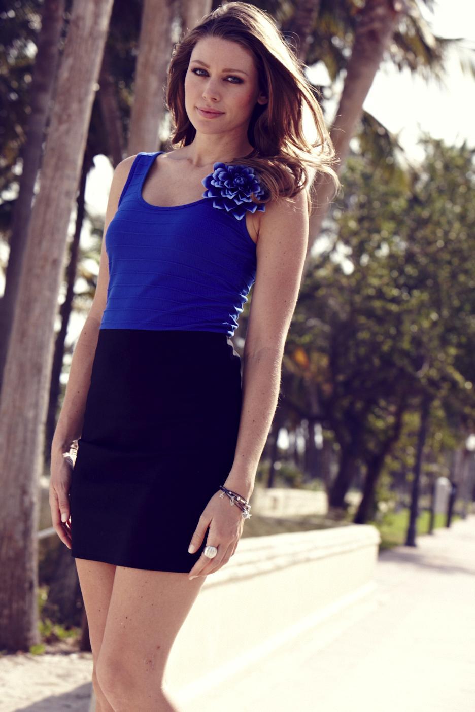 sukienka Takko Fashion z kwiatem - trendy na lato