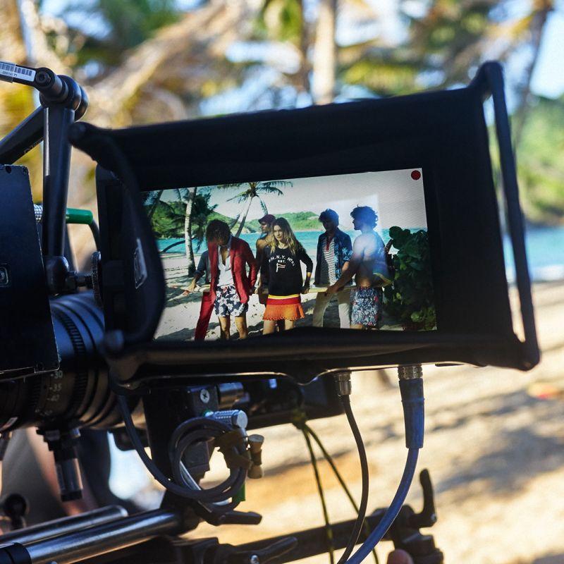 Tommy Hilfiger zabiera nas w pełną kolorów podróż na Karaiby