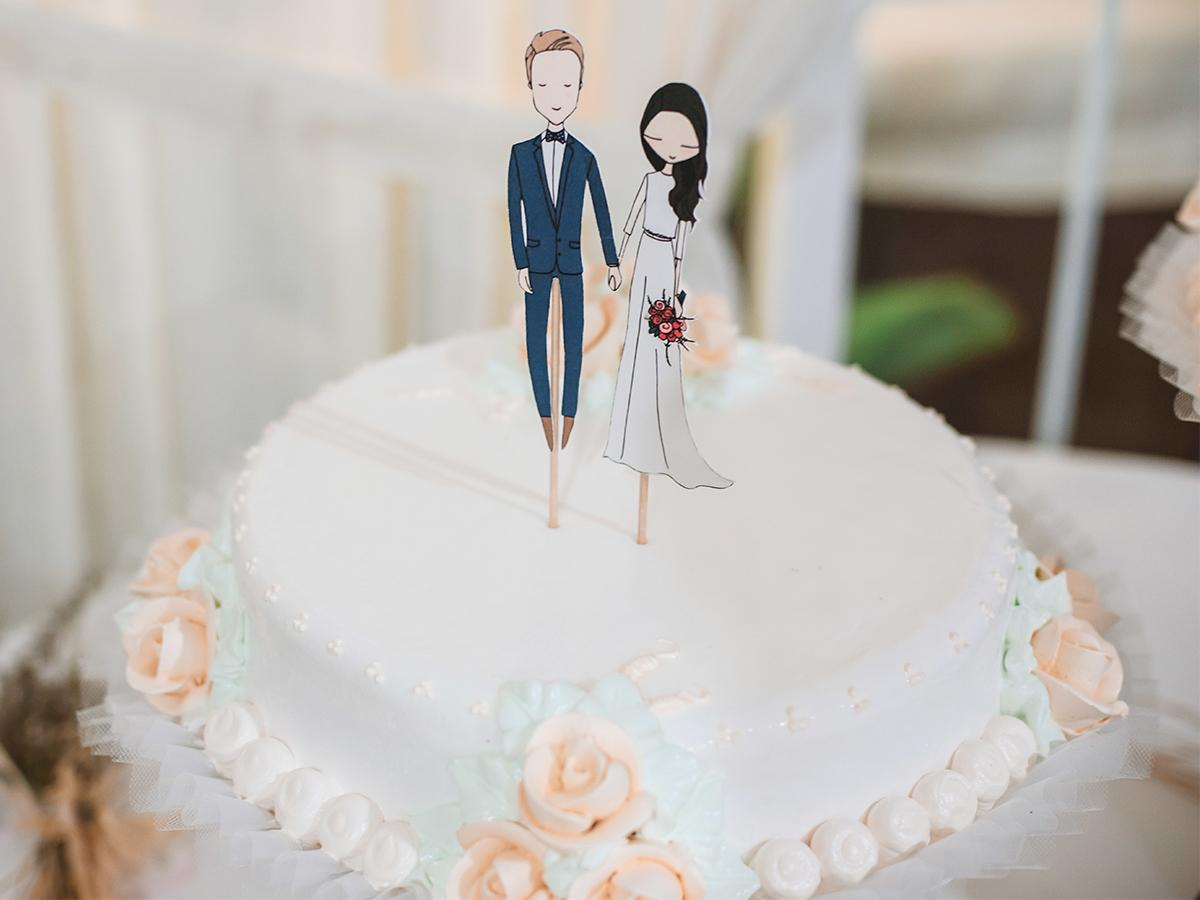 Tort ślubny w figurkami