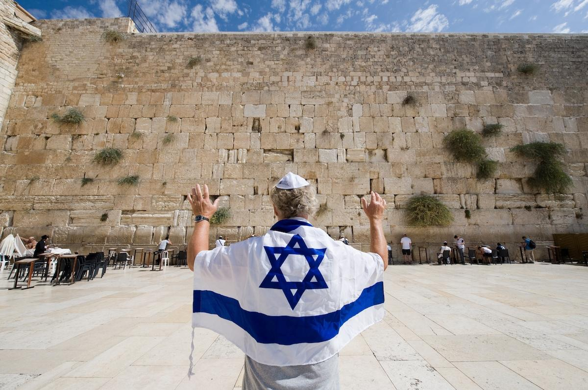 flaga Izraela na tle ściany płaczu