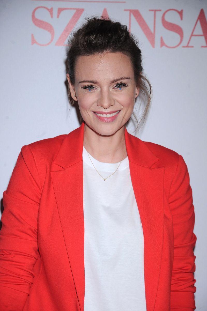 Magdalena Boczarska w czerwonym garniturze