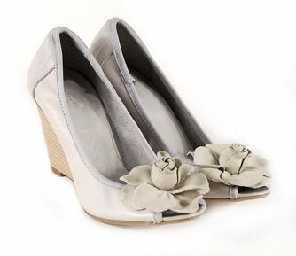 Venezia - obuwie na wiosnę/lato 2010 w odcieniach bieli i beżu