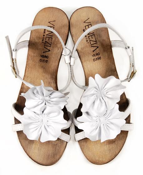 białe sandały Venezia z kwiatem - moda 2011