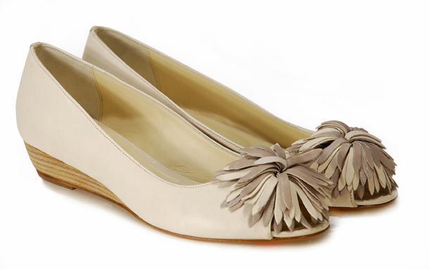beżowe pantofle Venezia z kwiatem - z kolekcji wiosna-lato 2011
