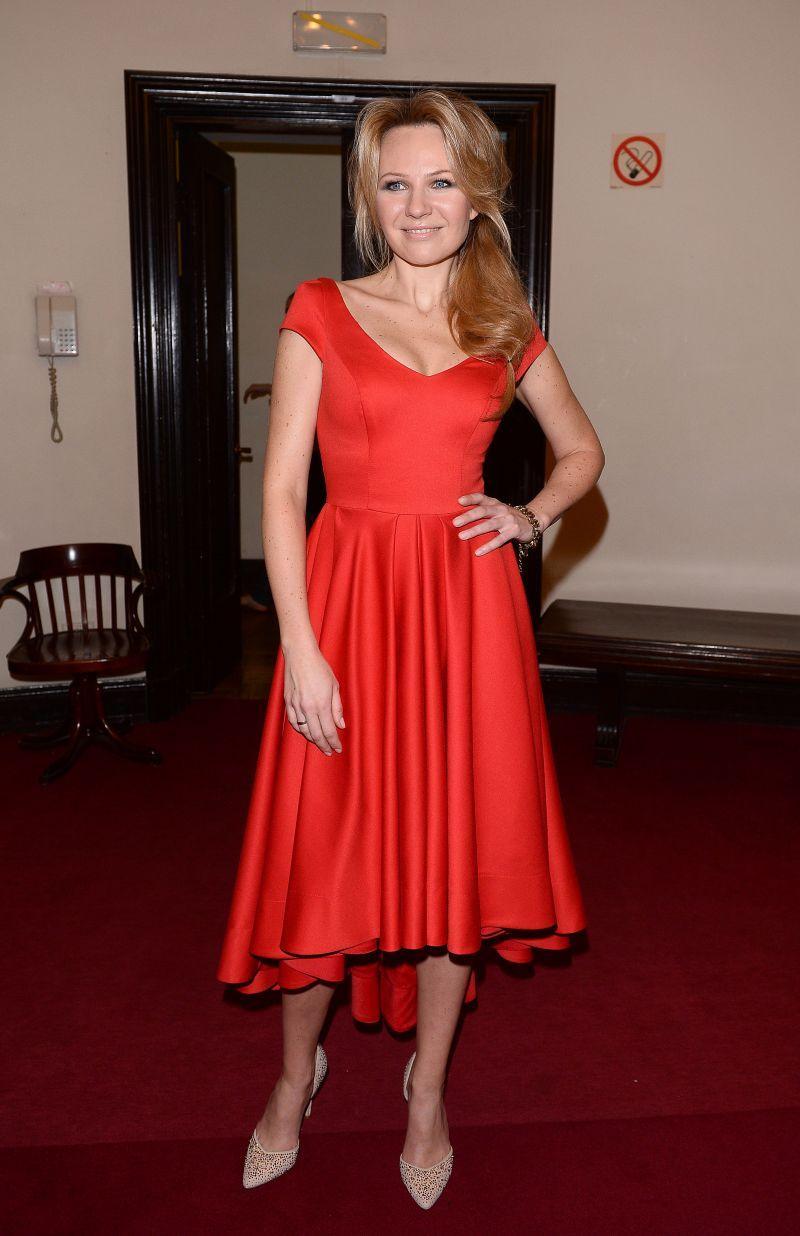e00d1f2855 Anna Guzik w czerwonej sukience - Modne czerwone sukienki - Trendy ...
