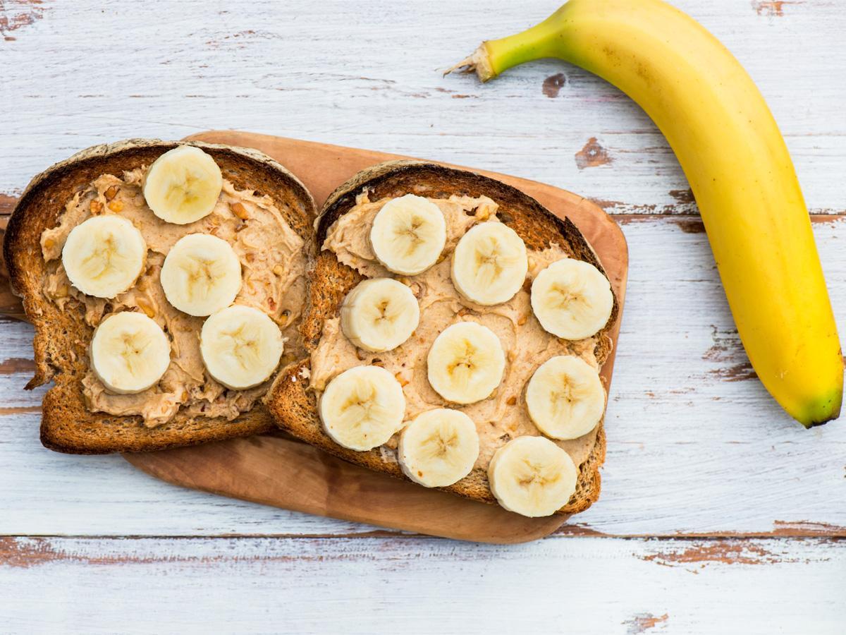 wegańskie kanapki z masłem orzechowym i bananem