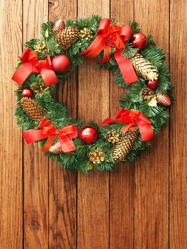 Bożonarodzeniowy stroik z czerwienią