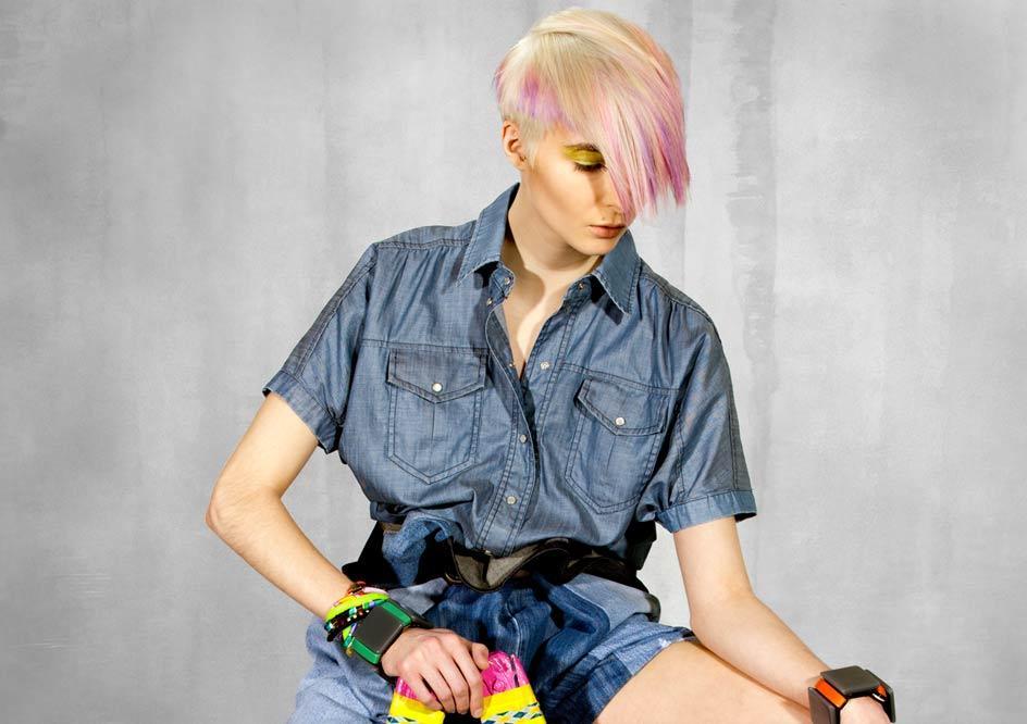 Włosy krótkie - blond fryzura z kolorową grzywką
