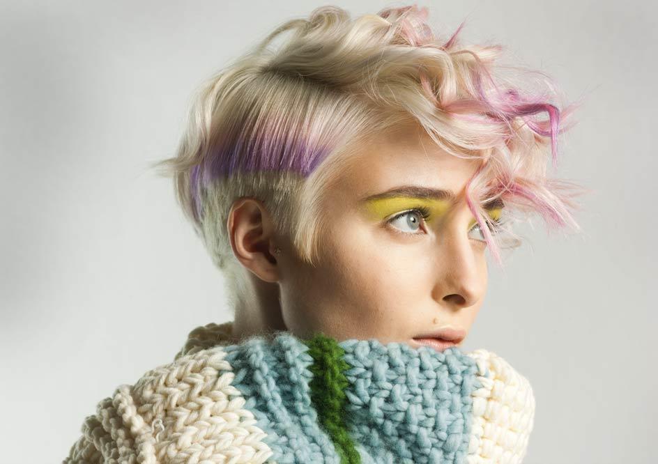 Krótka fryzura z różowymi refleksami - ombre