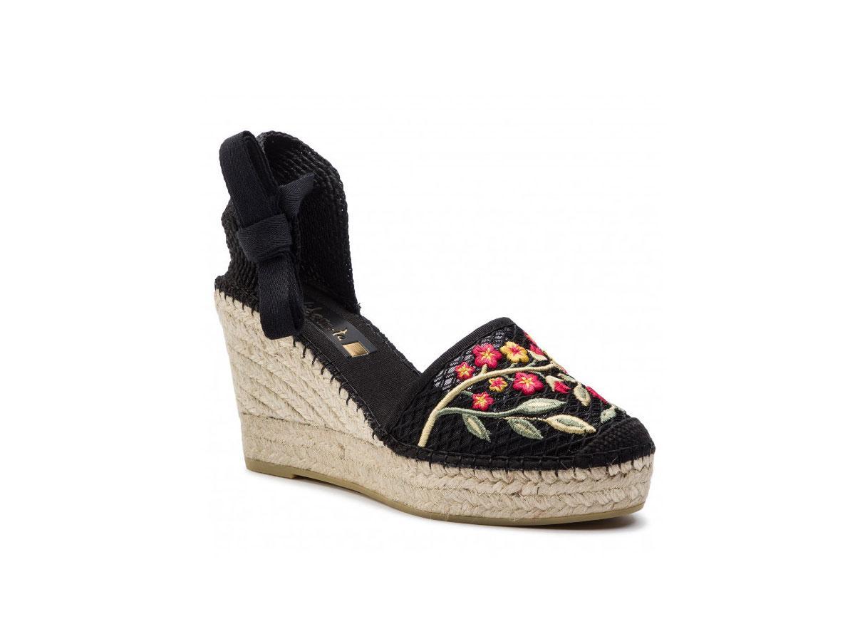 Sandały z haftem na koturnie, Vidoretta (eobuwie.pl), cena ok. 419,00 zł