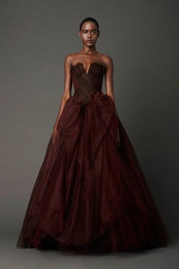ac3a3699f1 Wyjątkowe suknie ślubne Vera Wang - wiosna 2013. zjawiskowa bordowa suknia  ślubna typu księżniczka Vera Wang trendy 2013