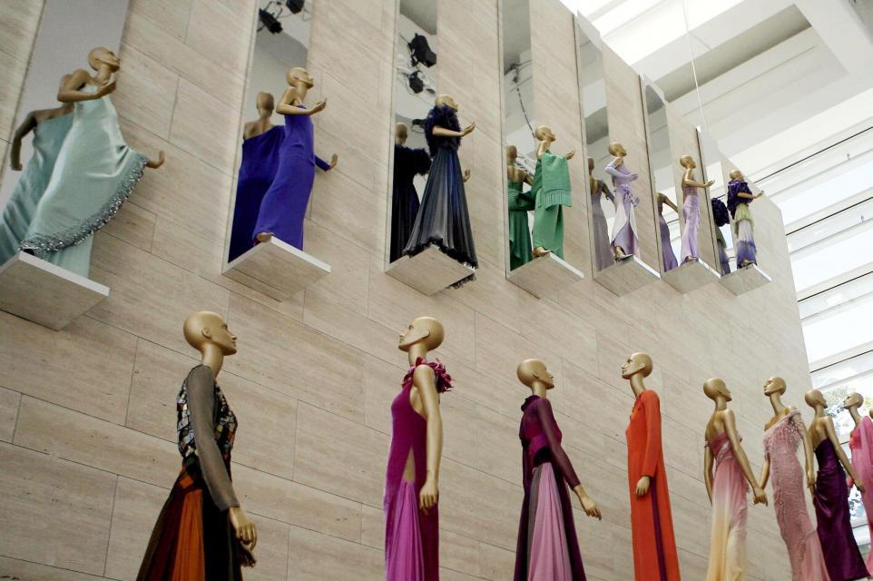 """Wystawa """"Valentino w Rzymie, 45 lat stylu"""" w muzeum sztuki starożytnej Ara Pacis."""