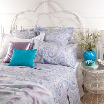 Nastrojowa wzorzysta pościel w kolorze błekitu -modna sypialnia 2013