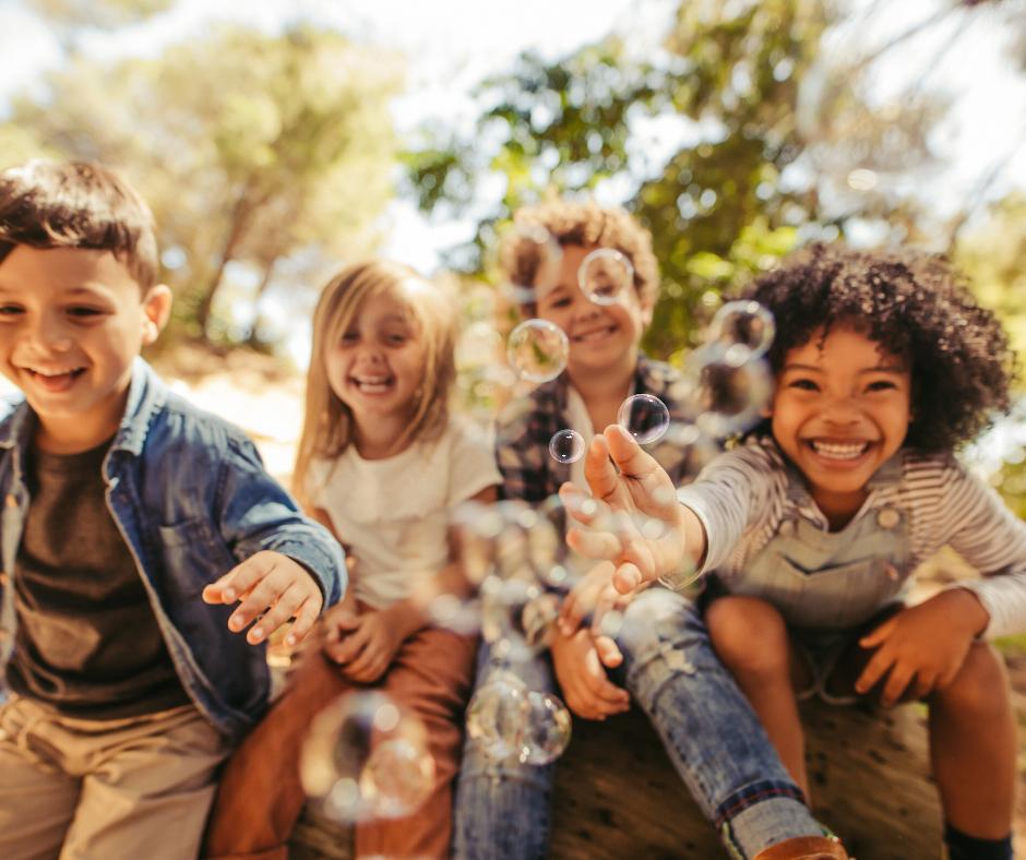 Puszczanie baniek - zabawa na Dzień Dziecka