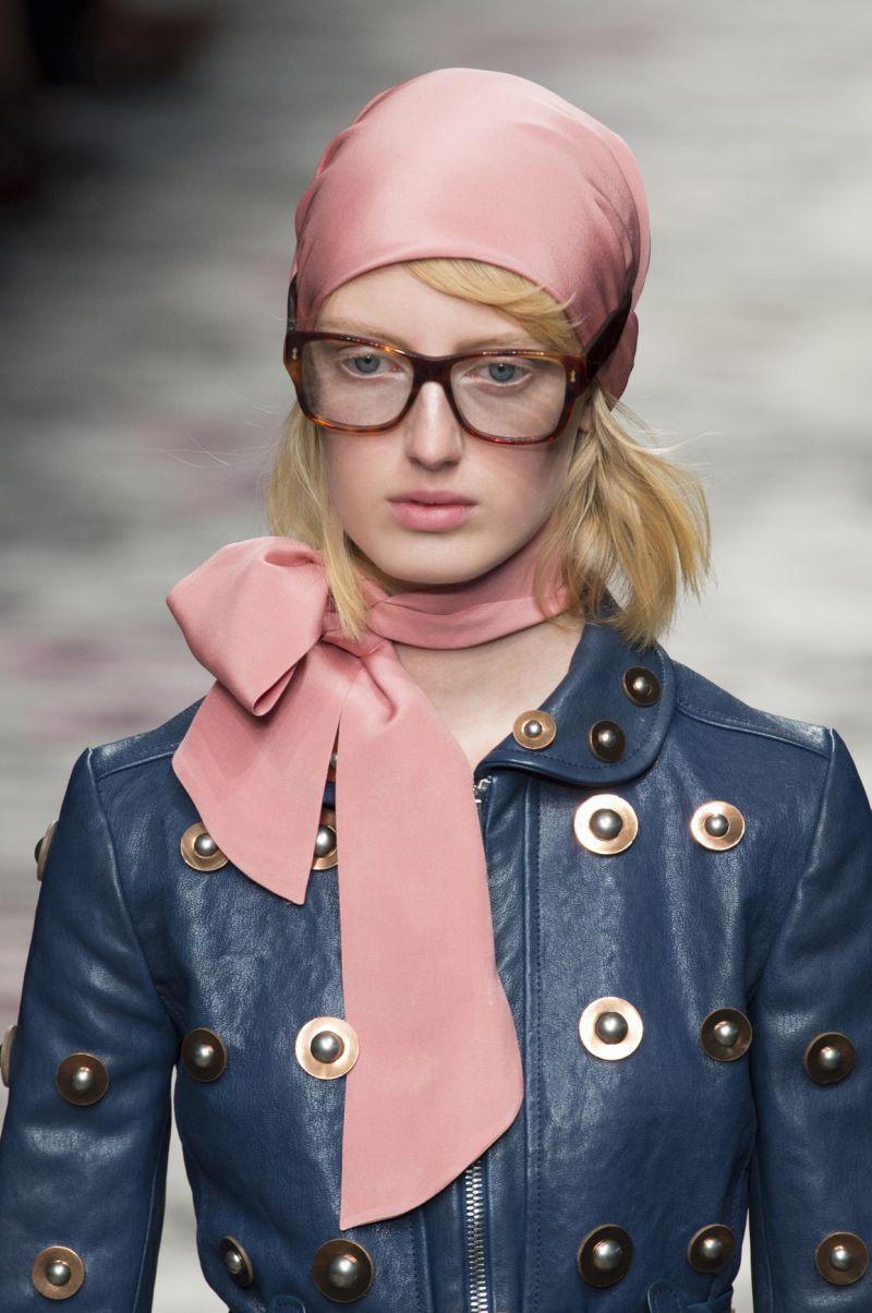 Zainspiruj się wybiegami: 8 sposobów na noszenie apaszki