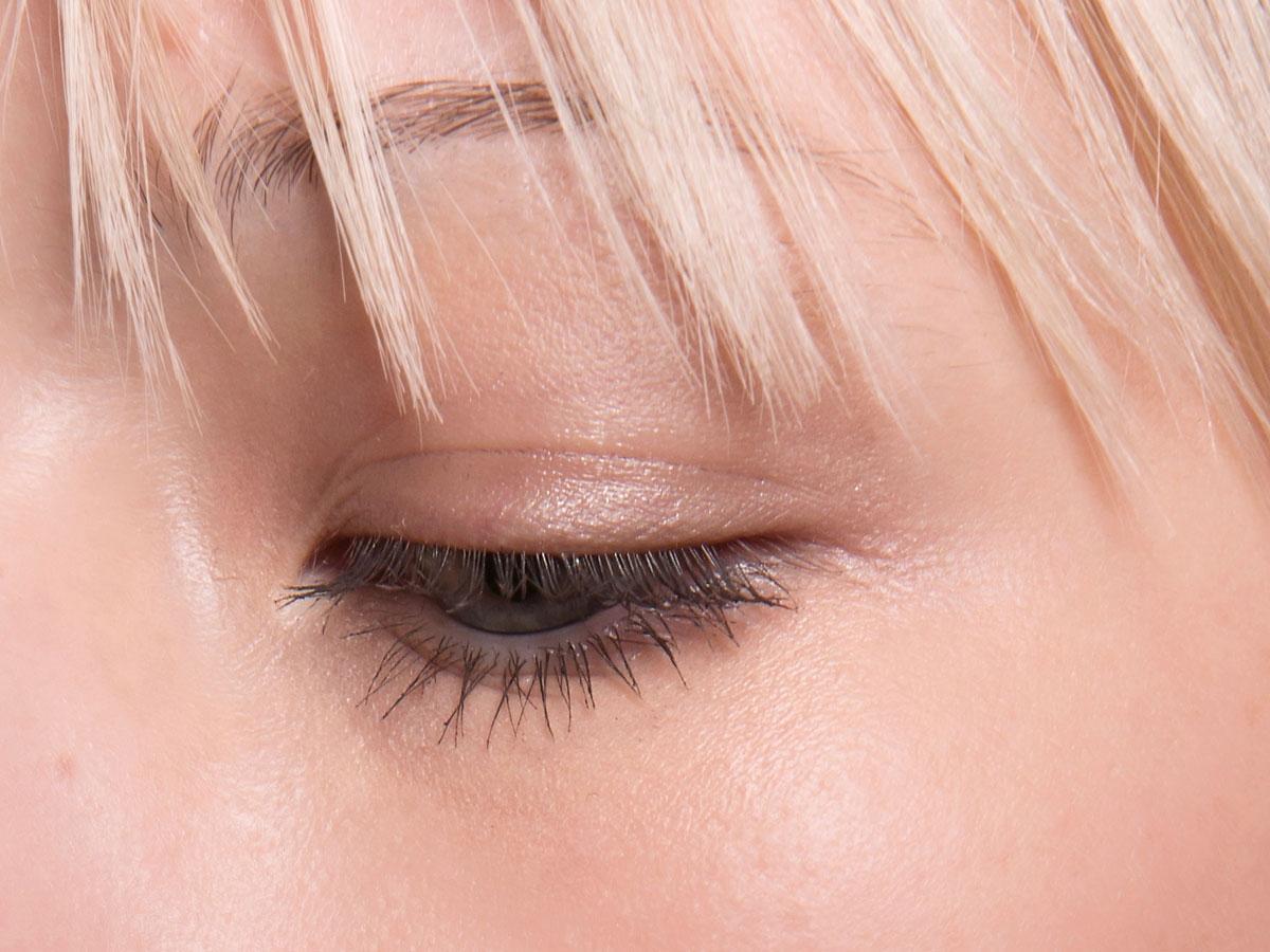 Zalotne spojrzenie przy minimum makijażu? Sięgnij po odżywkę do rzęs!
