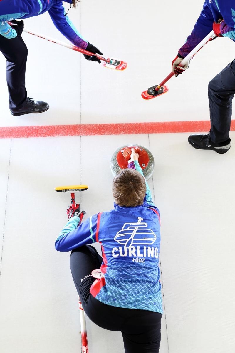 Curling - zawodnicy w trakcie gry