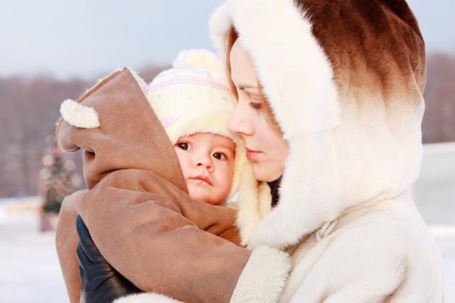 mama, dziecko, zima, spacer / Fot. Fotolia
