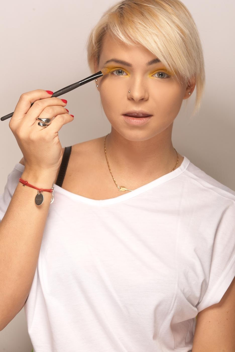 Żółty makijaż na lato - krok po kroku