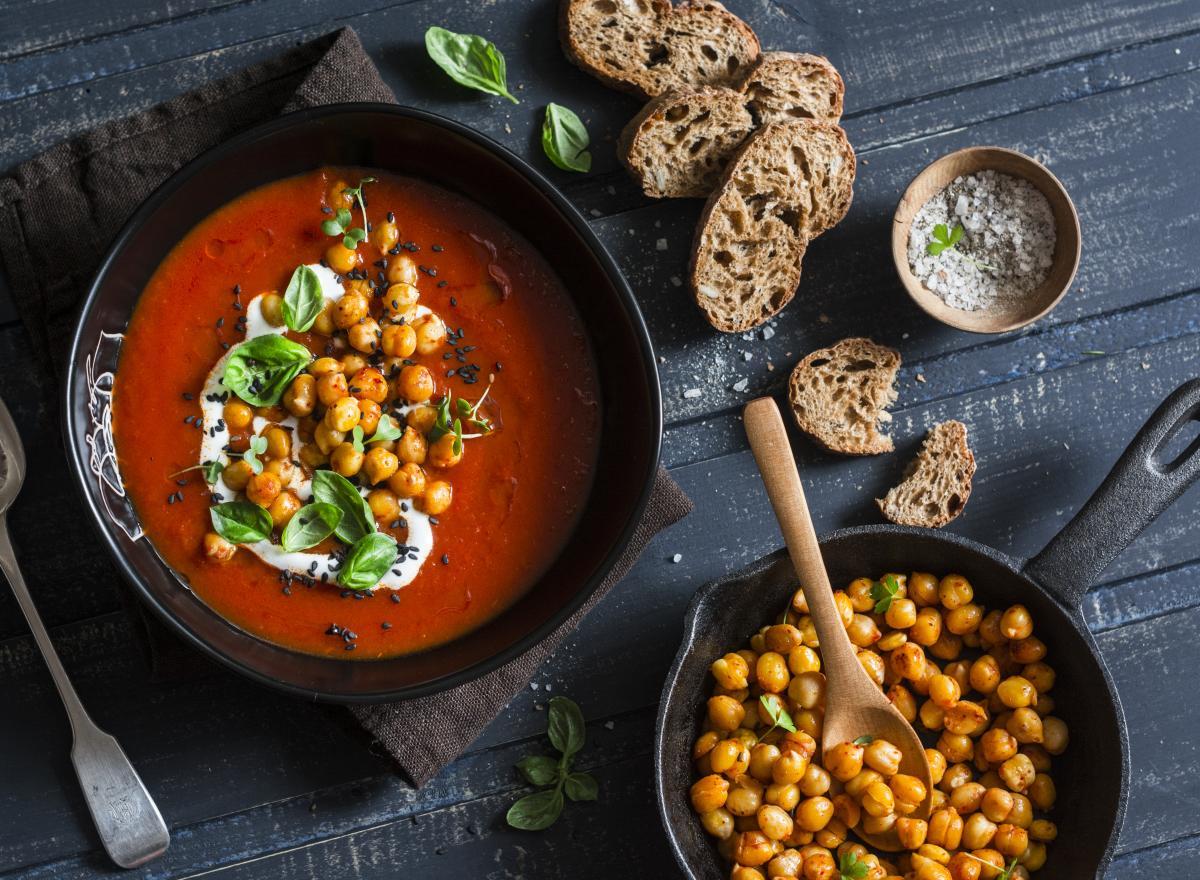 Zupe krem z ciecierzycy z pomidorami