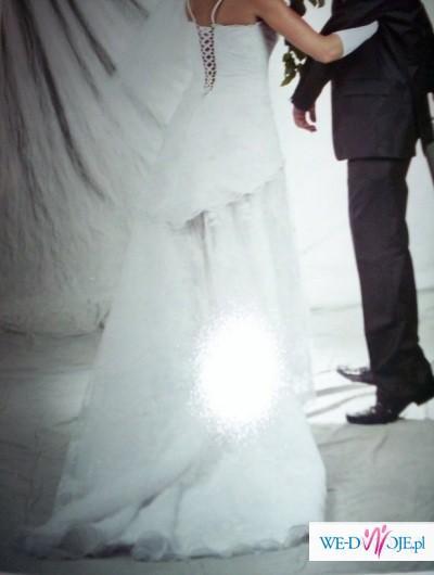 biała suknia z trenem