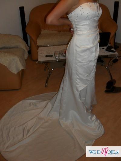 Delikatna i skromna suknia ślubna,