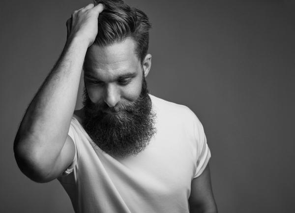 fryzura dla mężczyzny z brodą