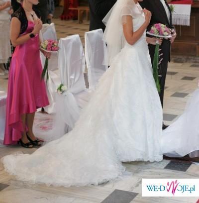 Koronkowa Suknia ślubna Zdobiona Kamykami Z Niepowtarzalnym