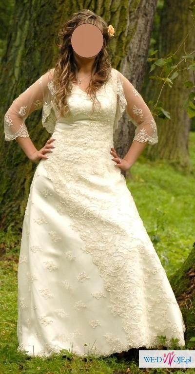 Piękna koronkowa suknia koloru ecru