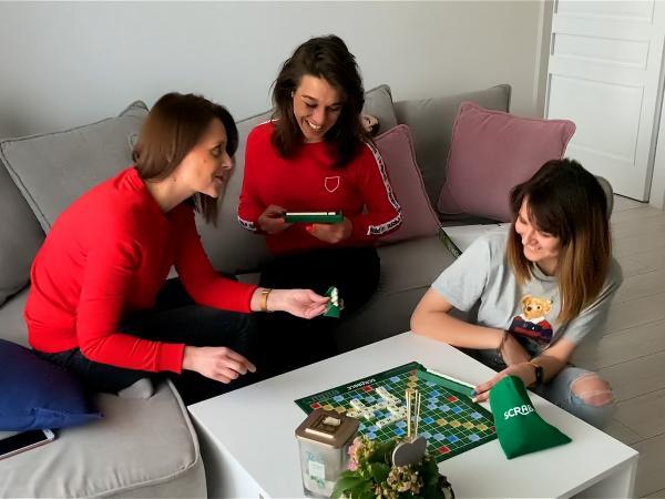 Asia Jędrzejczyk gra w Scrabble