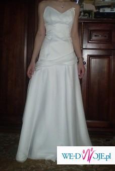 suknia biała skromna piękna