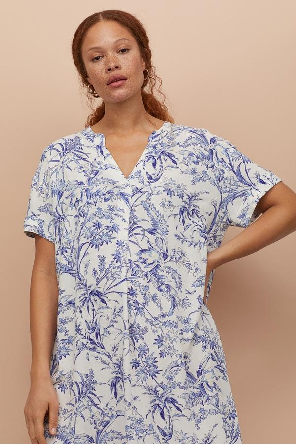 wzorzysta sukienka z dekoltem w serek z H&M